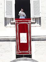 """Papa Francesco benedice i fedeli durante la preghiera del """"Regina Coeli"""" dalla finestra del Palazzo Apostolico affacciata su piazza San Pietro, Città del Vaticano, 17 aprile 2017.<br /> Pope Francis blesses as he leads the Regina Coeli prayer from the window of the apostolic palace overlooking St Peter's square at the Vatican, on April 17 2017.<br /> UPDATE IMAGES PRESS/Isabella Bonotto<br /> <br /> STRICTLY ONLY FOR EDITORIAL USE"""