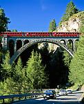 Schweiz, Graubuenden, Unterengadin, Engadinlinie der Rhaetischen Bahn von Pontresina im Oberengadin bis Scuol im Unterengadin, auf einem der zahlreichen Viadukte | Switzerland, Graubuenden, Lower Engadin, Rhaetian Train, Engadin Line, crossing one of many viaducts