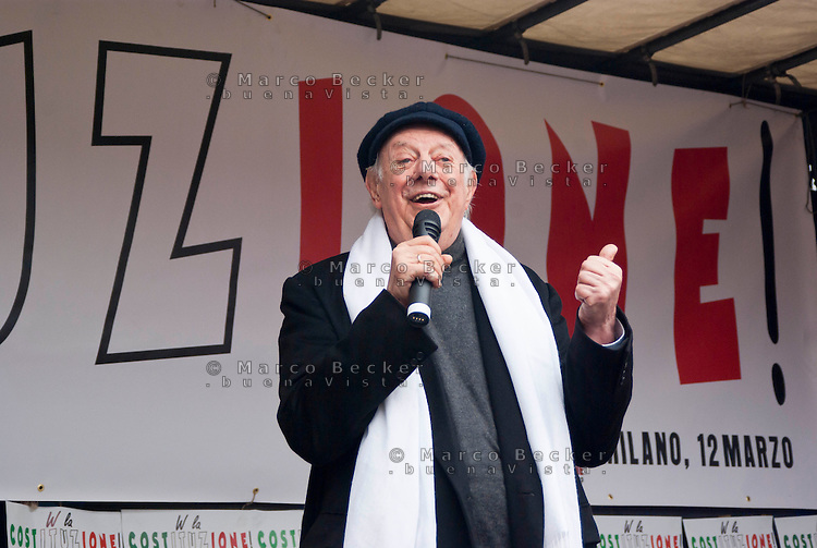 "Milano, ""C-Day"", presidio in difesa della Costituzione e della scuola pubblica. Il premio nobel Dario Fo --- Milan, ""C-Day"", garrison in defense of the Constitution and public school. The nobel prize winner Dario Fo"