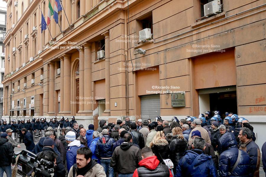 - NAPOLI 10 FEB  -  Protesta dei dipendenti dell'Astir davanti alla Regione. Un lavoratore ha minacciato di darsi fuoco, gli altri si sono incatenati.