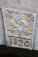 Europe, France, Aquitaine, Pyrénées-Atlantiques, Béarn, Sarrance:  Linteau d'une porte avec la croix basque  // Europe, France, Aquitaine, Pyrenees Atlantiques, Bearn, Sarrance: Lintel of a door with the Basque cross
