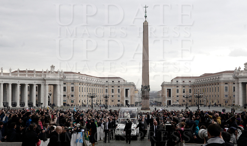 Papa Francesco arriva all'udienza generale del mercoledi' in Piazza San Pietro, Citta' del Vaticano, 31 gennaio, 2018<br /> Pope Francis arrives to lead his weekly general audience in St. Peter's Square at the Vatican, on January 31, 2018. UPDATE IMAGES PRESS/Isabella Bonotto<br /> <br /> STRICTLY ONLY FOR EDITORIAL USE