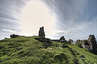 Duntlum Castle nahe der Ortschaft Kilmuir auf der Insel Skye.<br /> 22.5.2015, Skye, Highlands/Schottland<br /> HDR-Bild!<br /> Copyright: Christian-Ditsch.de<br /> [Inhaltsveraendernde Manipulation des Fotos nur nach ausdruecklicher Genehmigung des Fotografen. Vereinbarungen ueber Abtretung von Persoenlichkeitsrechten/Model Release der abgebildeten Person/Personen liegen nicht vor. NO MODEL RELEASE! Nur fuer Redaktionelle Zwecke. Don't publish without copyright Christian-Ditsch.de, Veroeffentlichung nur mit Fotografennennung, sowie gegen Honorar, MwSt. und Beleg. Konto: I N G - D i B a, IBAN DE58500105175400192269, BIC INGDDEFFXXX, Kontakt: post@christian-ditsch.de<br /> Bei der Bearbeitung der Dateiinformationen darf die Urheberkennzeichnung in den EXIF- und  IPTC-Daten nicht entfernt werden, diese sind in digitalen Medien nach §95c UrhG rechtlich geschuetzt. Der Urhebervermerk wird gemaess §13 UrhG verlangt.]