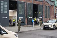 """Bundeswehrsoldaten regeln den Verkehr vor dem Corona-Impfzentrum Berlin in der """"Arena"""" in Berlin-Treptow.<br /> 15.3.2021, Berlin<br /> Copyright: Christian-Ditsch.de"""