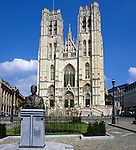 Belgium, Province Brabant, Brussels: Exterior of St Michael`s Cathedral and statue of King Baudouin | Belgien, Provinz Brabant, Bruessel: Koenig Baudouin Statue vor der Kathedrale St. Michael und St. Gudula