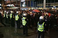 Des policiers du SPVM surveillent les fans de hockey afin de prevenir le vandalisme durant les series de la Coupe Stanley, Avril 2011, au Centre BELL<br /> <br /> <br /> PHOTO :  Agence Quebec Presse