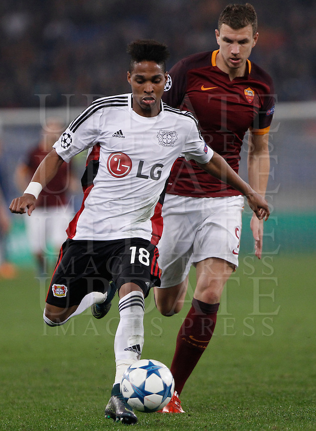 Calcio, Champions League, Gruppo E: Roma vs Bayer Leverkusen. Roma, stadio Olimpico, 4 novembre 2015.<br /> Bayer Leverkusen's Wendell, right, is challenged by Roma's Edin Dzeko during a Champions League, Group E football match between Roma and Bayer Leverkusen, at Rome's Olympic stadium, 4 November 2015.<br /> UPDATE IMAGES PRESS/Isabella Bonotto