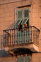 Europe/Croatie/Dalmatie/ Ile de Vis/ Komiza: Homme à la fenêtre d'une vieille maison sur le port
