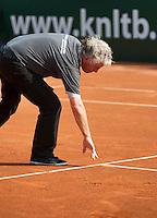 19-08-12, Netherlands, Amstelveen, NTK, Finale Heren Umpire bekijkt afdruk