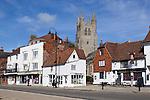 Grossbritannien, England, Kent, Tenterden: Kirche und Woolpack Hotel in der High Street | United Kingdom, England, Kent, Tenterden: View of church and High Street with Woolpack Hotel