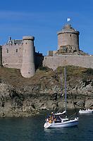 Europe/France/Bretagne/22/Côtes d'Armor/Cap Fréhel: Le fort la Latte et voiliers