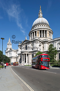 United Kingdom, England, London: Red London buses and Saint Paul's Cathedral   Grossbritannien, England, London: neuer roter Doppeldecker vor der St. Paul's Cathedral