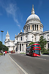 United Kingdom, England, London: Red London buses and Saint Paul's Cathedral | Grossbritannien, England, London: neuer roter Doppeldecker vor der St. Paul's Cathedral