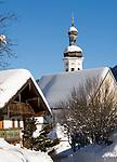 Deutschland, Bayern, Chiemgau: Dorf Sachrang mit Pfarrkirche St. Michael im Winter | Germany, Bavaria, Chiemgau: village Sachrang with parish church St. Michael in winter