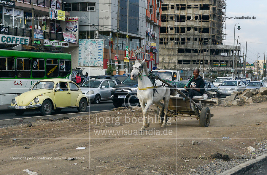 ETHIOPIA , Addis Ababa, suburban, horse wagon on the middle path of four lane road / AETHIOPIEN, Addis Abeba, Verkehr, Pferdewagen