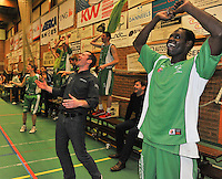 BBC De Westhoek Zwevezele : coach David Hamers en speler Dia Serigne Cheikh Mbacke (rechts) in vreugde na het fluitsignaal.foto VDB  / Bart Vandenbroucke