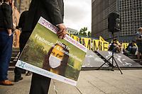 """Protestaktion von """"Stumme Kuenstler"""", VGSD e.V, Aktion """"Ohne Kunst Wird's Still"""" und """"Initiative Kulturschaffender in Deutschland"""" unter dem Motto #ohneunswirdsstill am Donnerstag den 18. Juni 2020 auf dem Berliner Breitscheidplatz.<br /> Trotz urspruenglicher Versprechen der Kulturstaatsministerin Monika Gruetters und der Bundesregierung bekommen freischaffende Kuenstler und Kultureinrichtungen in Deutschland so gut wie keine staatliche Unterstuetzung in der Coronakrise. Viele von ihnen muessen mittlerweile Hartz-4 beziehen. Dagegen protestierten am 18.6. in Berlin Kuenstler und Kulturschaffende.<br /> Im Bild: Der Leipziger Countertenor David Erler. Er hat mit einer Petition an Bundeswirtschaftsminister Peter Altmeier ueber 290.000 Unterschriften gesammelt.<br /> 18.6.2020, Berlin<br /> Copyright: Christian-Ditsch.de<br /> NUR FUER REDAKTIONELLE ZWECKE! Werbung nur auf Anfrage beim Fotografen. [Inhaltsveraendernde Manipulation des Fotos nur nach ausdruecklicher Genehmigung des Fotografen. Vereinbarungen ueber Abtretung von Persoenlichkeitsrechten/Model Release der abgebildeten Person/Personen liegen nicht vor. NO MODEL RELEASE! Don't publish without copyright Christian-Ditsch.de, Veroeffentlichung nur mit Fotografennennung, sowie gegen Honorar, MwSt. und Beleg. Konto: I N G - D i B a, IBAN DE58500105175400192269, BIC INGDDEFFXXX, Kontakt: post@christian-ditsch.de<br /> Bei der Bearbeitung der Dateiinformationen darf die Urheberkennzeichnung in den EXIF- und  IPTC-Daten nicht entfernt werden, diese sind in digitalen Medien nach §95c UrhG rechtlich geschuetzt. Der Urhebervermerk wird gemaess §13 UrhG verlangt.]"""