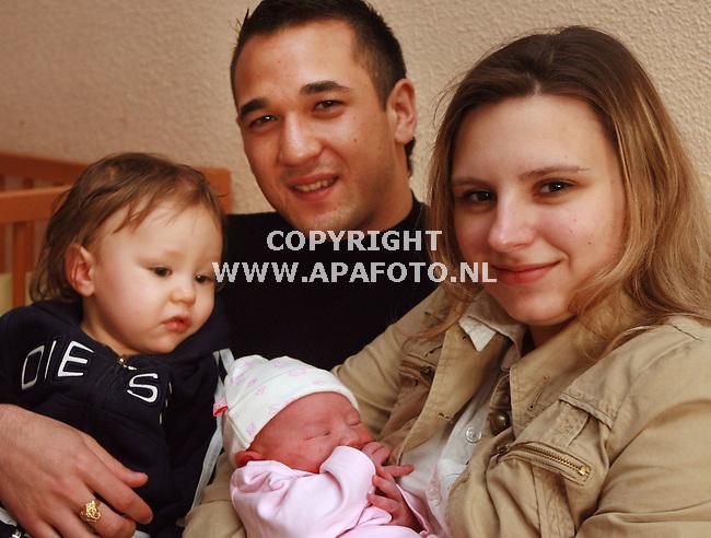 Velp 220107 Voetballer van de graafschap Johnny van Beukerink met zoon Jaysen 914 maanden), vrouw Iris en de nieuwe dochter.<br /> Foto frans Ypma APA-foto
