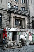 LETTLAND, 27.03.91.Riga.Waehrend des anhaltenden Kampfes um die Unabhaengigkeit ist die Stadt immer wieder marodierenden sowjetischen Sondertruppen ausgesetzt, an Schluesselpunkten stehen daher Barrikaden, hier im Eingang des Radiogebaeudes am Domplatz in der Altstadt.   During the ongoing fight for independence the town is regularely raided by Soviet special forces. Key spots are therefore protected by barricades, here the radio central at the central cathedral square..© Martin Fejer/EST&OST.