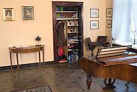 """POLEN, 02.2010, Warschau.<br /> Palac Czapskich, Frederic-Chopins letzte Wohnstatt, bevor er nach Paris emigrierte. Im Gebaeude dieses """"Chopins Salonik"""" ist heute die Kunsthochschule untergebracht (ul. Krakowskie Przedmiescie 5).?Czapskich palace, Frederic Chopin's last residence before emigrating to Paris. Today the building houses the School of Art (5, Krakowskie Przedmiescie street).<br /> ?Piotr Koszczynski/EST&OST"""