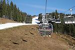 Foto: VidiPhoto<br /> <br /> SCHEFFAU – Op en rond de pistes van het gebied Skiwelt Wilder Kaiser Brixental -met 284 pistekilometers het grootste en populairste skigebied van Oostenrijk- wordt donderdag koortsachtig gewerkt om de invasie van de tienduizenden wintersporters komend weekend in goede banen te leiden. Ruim de helft van de pistes is nog maar geopend door een tekort aan sneeuw en water om kunstsneeuw van te maken. Per kubieke meter sneeuw is 200 tot 500 liter water nodig . Voor een hectare piste is dat ongeveer een miljoen liter. In het gebied is voor het komende skiseizoen 27 miljoen euro geïnvesteerd in nieuwe liften en 100 extra sneeuwkanonnen. Met voldoende water zou het hele gebied van 284 km. in drie dagen tijd van kunstsneeuw voorzien kunnen worden. De eerste verse sneeuw valt naar verwachting pas begin januari. De skivakantie begint komend weekend met regen. Pas vanaf woensdag gaat de zon volop schijnen in Tirol.