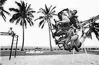 Mozambico, Africa, Maputo, bambini su altalena