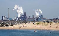 Nederland IJmuiden - 2019. Strandhuisjes in IJmuiden. Op de achtergrond Tata Steel, de vroegere Hoogovens.  Foto Berlinda van Dam / Hollandse Hoogte