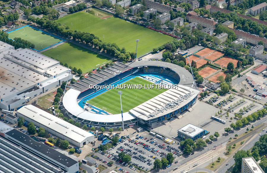 Eintracht Stadion Braunschweig: DEUTSCHLAND, NIEDERSACHSEN, BRAUNSCHWEIG, (GERMANY), 29.05.2020:  Das Eintracht-Stadion ist ein Fußballstadion mit Leichtathletikanlage in der niedersächsischen Stadt Braunschweig. Es bietet insgesamt 24.406 Plätze, was es zum größten Leichtathletikstadion in Norddeutschland macht. Bei Fußballspielen ist die Kapazität aus Sicherheitsgründen auf 23.325 Zuschauer beschränkt, davon 12.650 auf überdachten Sitzplätzen und ca. 10.675 auf überdachten Stehplätzen. Es ist die Heimspielstätte der Fußballmannschaft von Eintracht Braunschweig und der American-Football-Mannschaft der New Yorker Lions.
