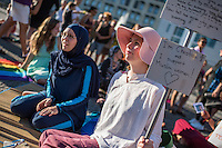 """Protest gegen das Burkini-Verbot in Frankreich.<br /> Muslimische und nicht-muslimische Frauen protestierten am Donnerstag den 25. August 2016 in Berlin mit einer """"Beach-Party gegen Rassismus"""" vor der Franzoesischen Botschaft gegen das Verbot der muslimischen Badebekleidung """"Burkini"""".<br /> In Frankreich war wenige Tage zuvor eine muslimische Frau am Strand von Polizeibeamten unter dem Applaus von umstehenden Badegaesten gezwungen worden ihre Strandbekleidung auszuziehen.<br /> Links im Bild: Larissa aus aus Berlin hat sich fuer diesen Protest einen Original Burkini angezogen.<br /> 25.8.2016, Berlin<br /> Copyright: Christian-Ditsch.de<br /> [Inhaltsveraendernde Manipulation des Fotos nur nach ausdruecklicher Genehmigung des Fotografen. Vereinbarungen ueber Abtretung von Persoenlichkeitsrechten/Model Release der abgebildeten Person/Personen liegen nicht vor. NO MODEL RELEASE! Nur fuer Redaktionelle Zwecke. Don't publish without copyright Christian-Ditsch.de, Veroeffentlichung nur mit Fotografennennung, sowie gegen Honorar, MwSt. und Beleg. Konto: I N G - D i B a, IBAN DE58500105175400192269, BIC INGDDEFFXXX, Kontakt: post@christian-ditsch.de<br /> Bei der Bearbeitung der Dateiinformationen darf die Urheberkennzeichnung in den EXIF- und  IPTC-Daten nicht entfernt werden, diese sind in digitalen Medien nach §95c UrhG rechtlich geschuetzt. Der Urhebervermerk wird gemaess §13 UrhG verlangt.]"""