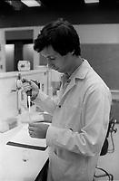 Laboratoire de science de l'UQAM en 1986<br /> <br /> PHOTO :  : Agence Quebec Presse