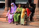 India, Rajasthan, New Delhi: Group of young local girls and children inside mosque courtyard | Indien, Rajasthan, New Delhi: Gruppe junger, einheimischer Maedchen und Kinder im Innenhof einer Moschee