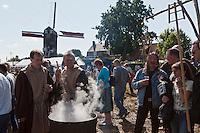 Europe/France/Nord-Pas-de-Calais/59/Nord/Boeschepe: Estaminet : Lors de la fête médiévale organisée pour la fête des moulins sous les pales du moulin de l'Ondankmeulen- les voltigeurs du Malt préparent de la cervoise, bière à base d'orge