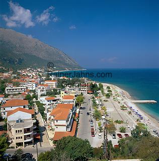 Greece, Cephalonia (Ionian island), Poros: View over town to Bay and Beach   Griechenland, Kefalonia (Ionische Insel), Poros: Stadtansicht mit Strand und Bucht