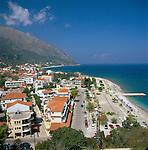 Greece, Cephalonia (Ionian island), Poros: View over town to Bay and Beach | Griechenland, Kefalonia (Ionische Insel), Poros: Stadtansicht mit Strand und Bucht