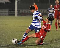AA GENT LADIES - FC TWENTE :<br /> Tackle van Marthe Munsterman (R) op Isabelle Iliano (L)<br /> foto Dirk Vuylsteke / Nikonpro.be