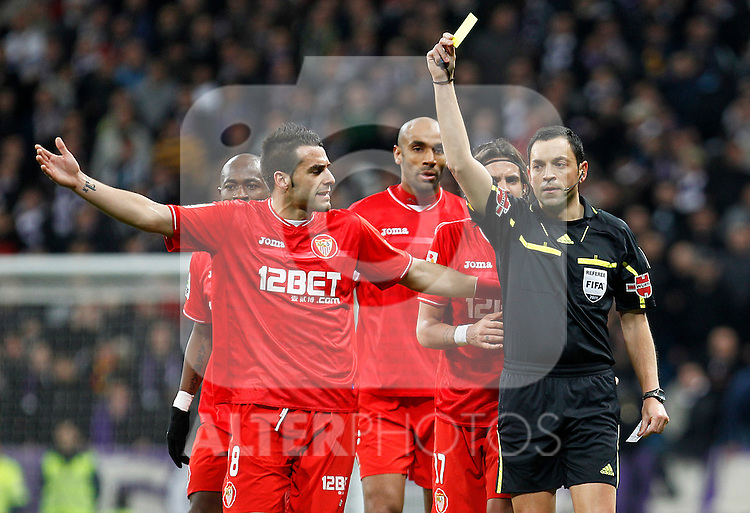 Sevilla's Didier Zokora, Alvaro Negredo, Frederic Kanoute and Sergio Sanchez have words with the referee Fernando Teixeira Vitienes during Spanish King's Cup match.February 2,2011. (ALTERPHOTOS/Acero)