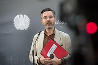 """Konstituierung des 3. Untersuchungsausschusses der 19. Wahlperiode (""""Wirecard"""") am <br /> Donnerstag den 8. Oktober 2020.<br /> Nach dem Zusammenbruch des Finanzunternehmens Wirecard hatten die Mitglieder des Deutschen Bundestag die Einsetzung des Wirecard-Untersuchungsausschuss beschlossen. Bundestagspraesident Wolfgang Schaeuble eroeffnete die konstituierende Sitzung.<br /> Im Bild: Fabio di Masi, Obmann der Linkspartei im Ausschuss, vor Beginn der Ausschusssitzung. In der Hand haelt er eine Aktenmappe mit der Aufschrift """"Wirecard Untersuchungsausschuss"""".<br /> 8.10.2020, Berlin<br /> Copyright: Christian-Ditsch.de"""