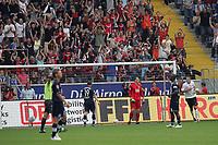 Torwart Jaroslav Drobny (Hertha BSC Berlin) machtlos beim 1:0, dahinter jubeln die Fans der Frankfurter Eintracht