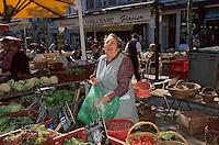 Europe/France/Languedoc-Roussillon/11/Aude/Carcassonne: Mme Vayre (maraichère) sur le marché place Carnot [Non destiné à un usage publicitaire - Not intended for an advertising use]