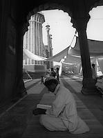 Delhi /  India.Muslims at prayer in the mosque Jama Masjid, the principal mosque of Old Delhi in India..Photo Livio Senigalliesi.