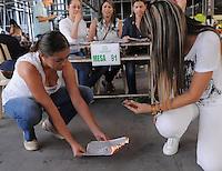 MEDELLÍN -COLOMBIA. 25-05-2014. Juarados electorales hacen escrutinio en el Palacio de Exposiciones en Medellín al final de la jornada de elecciones Presidenciales en en Colombia que se realizan hoy 25 de mayo de 2014 en todo el país./ Electoral juries make a scrutiny in the Palacio de Exposiciones in Medellín at the end of the day of Presidential elections in Colombia that made today May 25, 2014 across the country. Photo: VizzorImage / Luis Rios /Str