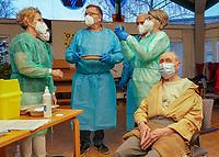 Gross-Gerau 27.12.2020: Erste Corona Impfung im Kreis Groß-Gerau<br /> Erste Covid 19 Impfstoff Ampulle von Pfizer-Biontech wird gemischt und in Spritzen abgefüllt von den Apotheker Fritz Klink, der ihn an die Impfstation bringt. Erwin Neumann wird als erste Patient von Wendy Rushdan (MFA im MVZ, 2vr) geimpft