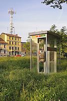 - Milano, giardini in viale Cermenate, cabina del telefono in disuso<br /> <br /> - Milan, gardens in Cermenate avenue, disused phone booth