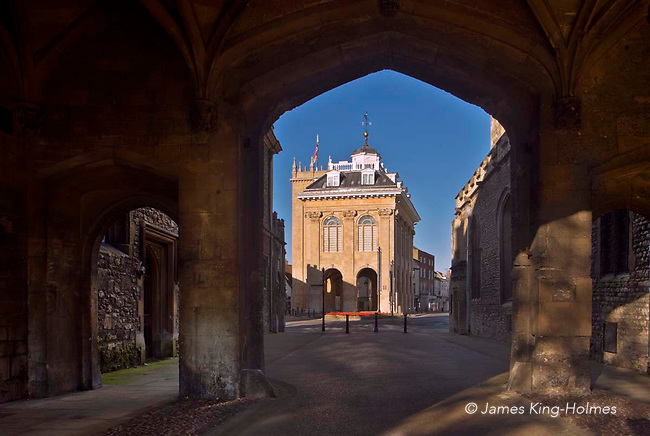 The County Hall (now a museum)  Abingdon-on-Thames, seen through the arches of the gateway to Abingdon Abbey grounds. The County Hall, now a museum, was built in 1678 by Christopher Kempster, who is believed to have worked with Wren on St Paul's Cathedral in London. The gateway is one of the few remaining Abbey structures. Abingdon was situated in the county of Berkshire, but under  local government re-organisation in 1974 it was transferred to Oxfordshire.