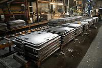 Deutschland, Hamburg, Unternehmen Fehrmann windows, Giesserei fuer Herstellung von Rahmen und Bauteilen, , Vorbereitung der Gußformen mit Sand