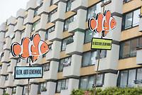 """Der Immobilienkonzern """"Deutsche Wohnen"""" will einen denkmalgeschuetzten Wohnblock mit 527 Wohnungen im Kreuzberger Milieuschutzgebiet kaufen.In dem Wohnblock in der Friedrichstrasse leben ca.1500 Menschen. Die Immobilien-Agentur Engel & Voelkers will den Block mit 22 Wohnhaeusern aus den 1970er Jahren im Auftrag einer Koelner Unternehmensgruppe als sog. Share-Deal verkaufen. Dies hebelt die Beschraenkungen im Milieuschutzgebiet aus, die Stadt koennte nicht von ihrem Vorkaufsrecht Gebrauch machen und und der Staat bekaeme auf Grund eine legalen Steuertricks keine Grunderwerbsteuer.<br /> Dagegen gingen am Freitag den 31. Mai 2019 Bewohner des Wohnblocks auf die Strasse.<br /> 31.5.2019, Berlin<br /> Copyright: Christian-Ditsch.de<br /> [Inhaltsveraendernde Manipulation des Fotos nur nach ausdruecklicher Genehmigung des Fotografen. Vereinbarungen ueber Abtretung von Persoenlichkeitsrechten/Model Release der abgebildeten Person/Personen liegen nicht vor. NO MODEL RELEASE! Nur fuer Redaktionelle Zwecke. Don't publish without copyright Christian-Ditsch.de, Veroeffentlichung nur mit Fotografennennung, sowie gegen Honorar, MwSt. und Beleg. Konto: I N G - D i B a, IBAN DE58500105175400192269, BIC INGDDEFFXXX, Kontakt: post@christian-ditsch.de<br /> Bei der Bearbeitung der Dateiinformationen darf die Urheberkennzeichnung in den EXIF- und  IPTC-Daten nicht entfernt werden, diese sind in digitalen Medien nach §95c UrhG rechtlich geschuetzt. Der Urhebervermerk wird gemaess §13 UrhG verlangt.]"""