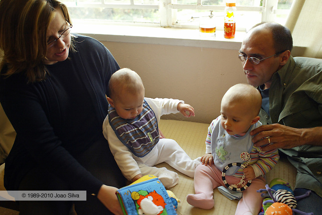 Joao and Viv Silva with their daughter Isabel and Greg Marinovich's son Luc (on Viv's lap). Johannesburg. 03/07/2005
