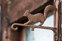 Europe/France/Centre/41/Loir-et-Cher/Sologne/Souvigny-en-Sologne : Détail  ferrure porte d'une maison représentant un écureuil   // Europe/France/Centre/41/Loir-et-Cher/Sologne/Souvigny-en-Sologne : Détail  Door of a house: Squirrel