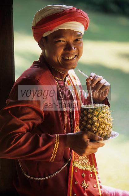 """Asie/Thaïlande/Env de Chiang Mai : Réception à la """"Mae Sa Valley Resort"""" - Apéritif dans le jardin avec Mr Anucha"""