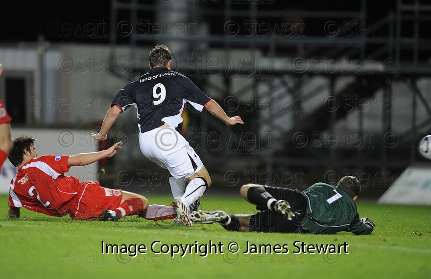 23/09/2008  Copyright Pic: James Stewart.File Name : sct_jspa07_falkirk_v_qots.STEVE LOVELL SCORES FALKIRK'S SECOND.James Stewart Photo Agency 19 Carronlea Drive, Falkirk. FK2 8DN      Vat Reg No. 607 6932 25.Studio      : +44 (0)1324 611191 .Mobile      : +44 (0)7721 416997.E-mail  :  jim@jspa.co.uk.If you require further information then contact Jim Stewart on any of the numbers above........